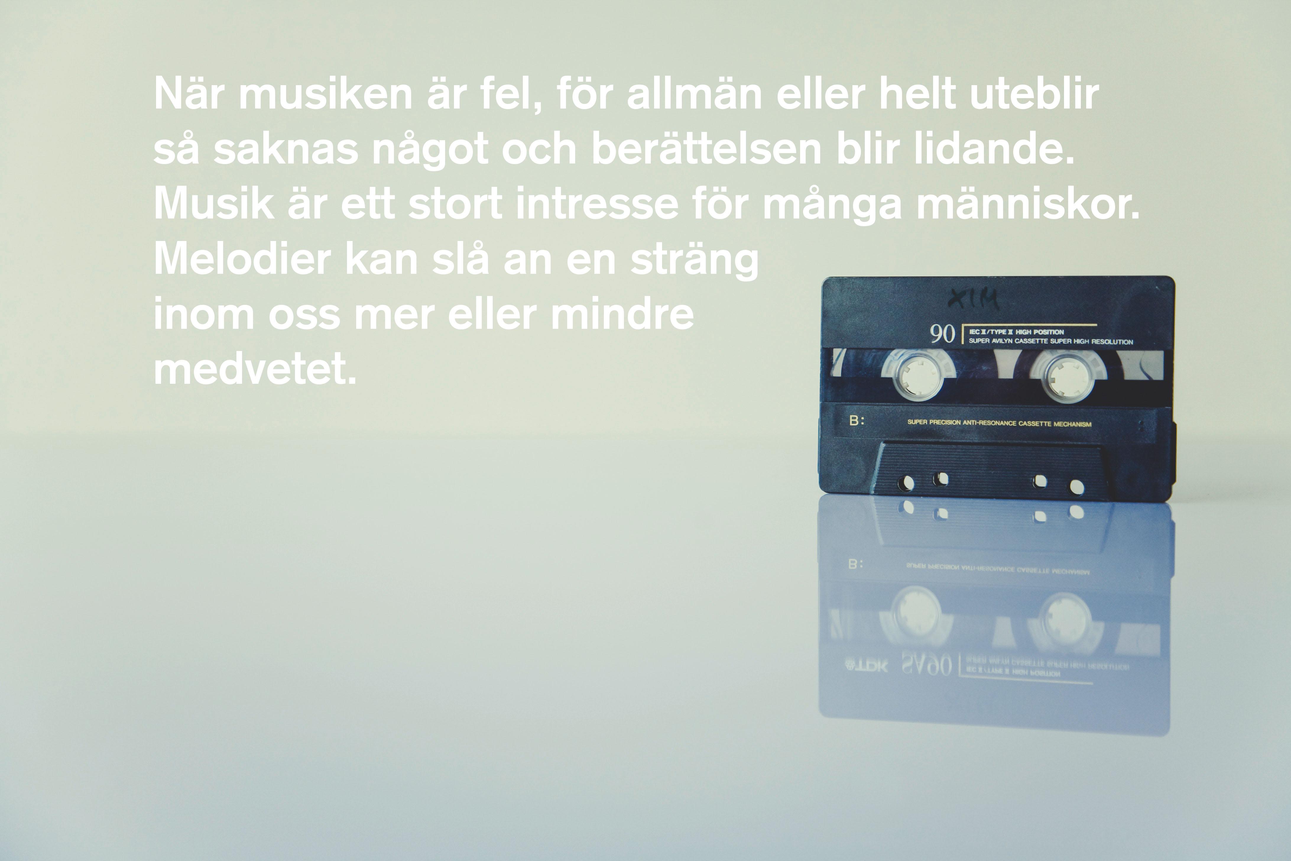 """bild på kassettband med texten """"När musiken är fel, för allmän eller helt uteblir så saknas något och berättelsen blir lidande. Musik är ett stort intresse för många människor. Melodier kan slå an en sträng inom oss mer eller mindre medvetet. """""""