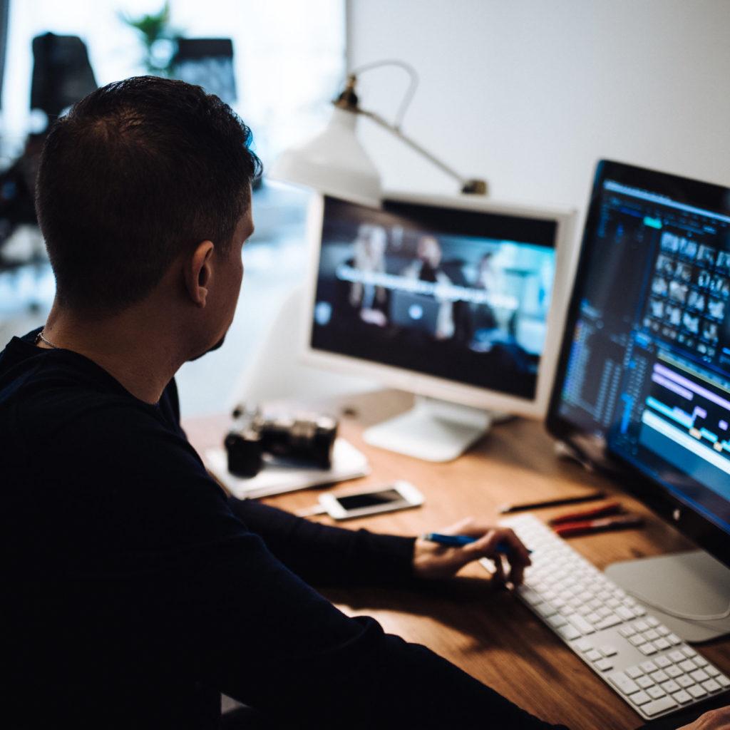 En man framför en dator
